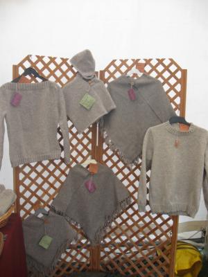 pulls et ponchos exposés aux journées de la laine à Montbrun bocage